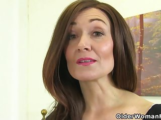 English milf Kitty Choosing puts her fingers to work