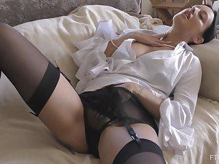Provocative girlfriend Cassie spreads her legs to josh her man